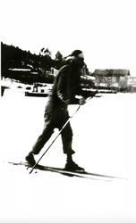 Jente på ski på isen på Bunnefjorden ved Oslo Godtemplarungd