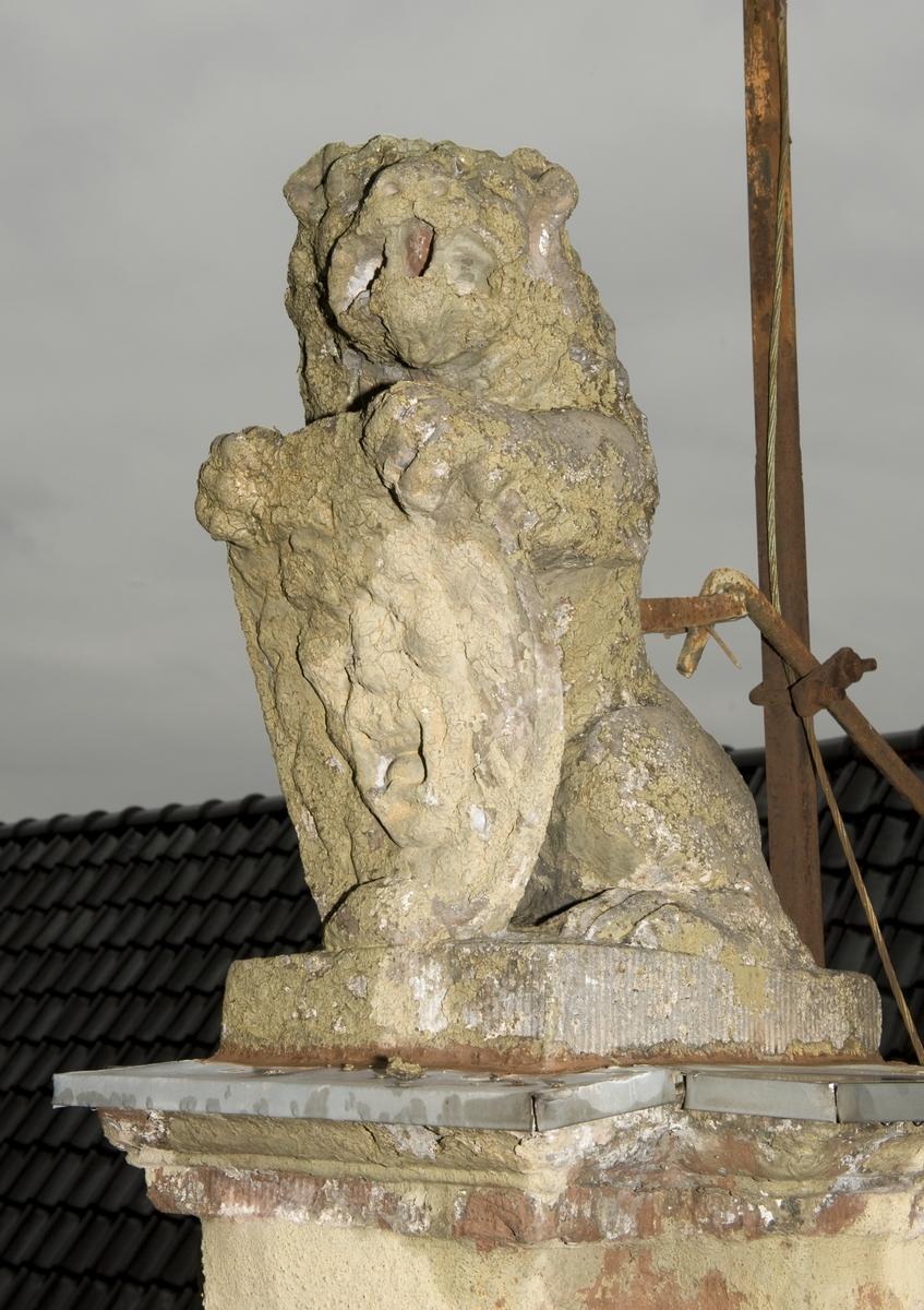 Løveskulptur på taket av Collett- og Cappelengården, bygård fra Kirkegata 15, Oslo. Fotografert på Norsk Folkemuseum oktober 2010.