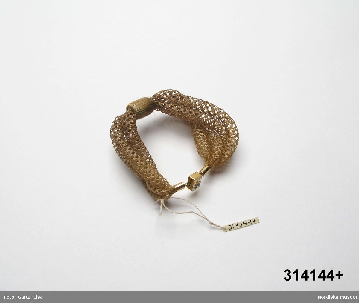 Hår från syskonen Märta Sophia f. 1860 (armbandet), Olof Axel f. 1856 och Christer Reinhold f. 1858 (knuten). Spännet tillverkat i Karlstad.