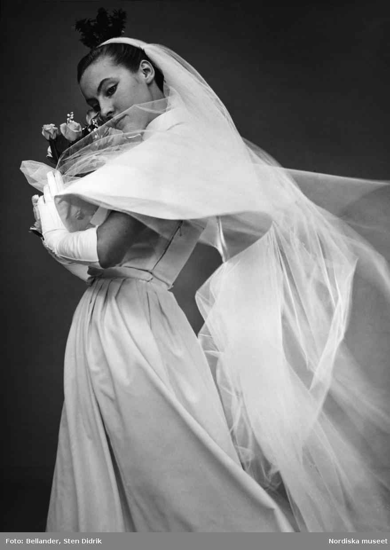 Modebild. Modell i brudutstyrsel. Klänning från Erling Richard. Myrtenkrona.