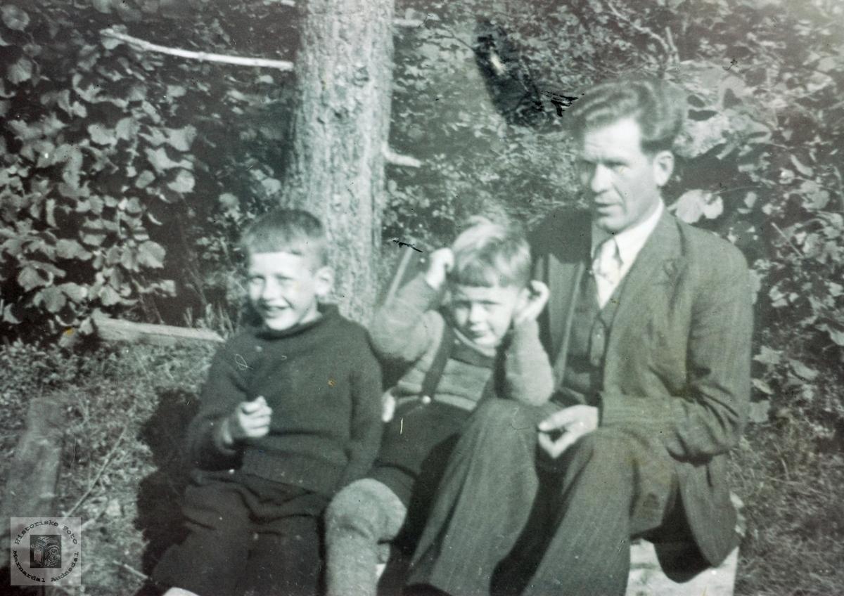 Smågutter sammen med onkel Knut Håland. Grindheim senere Audnedal.
