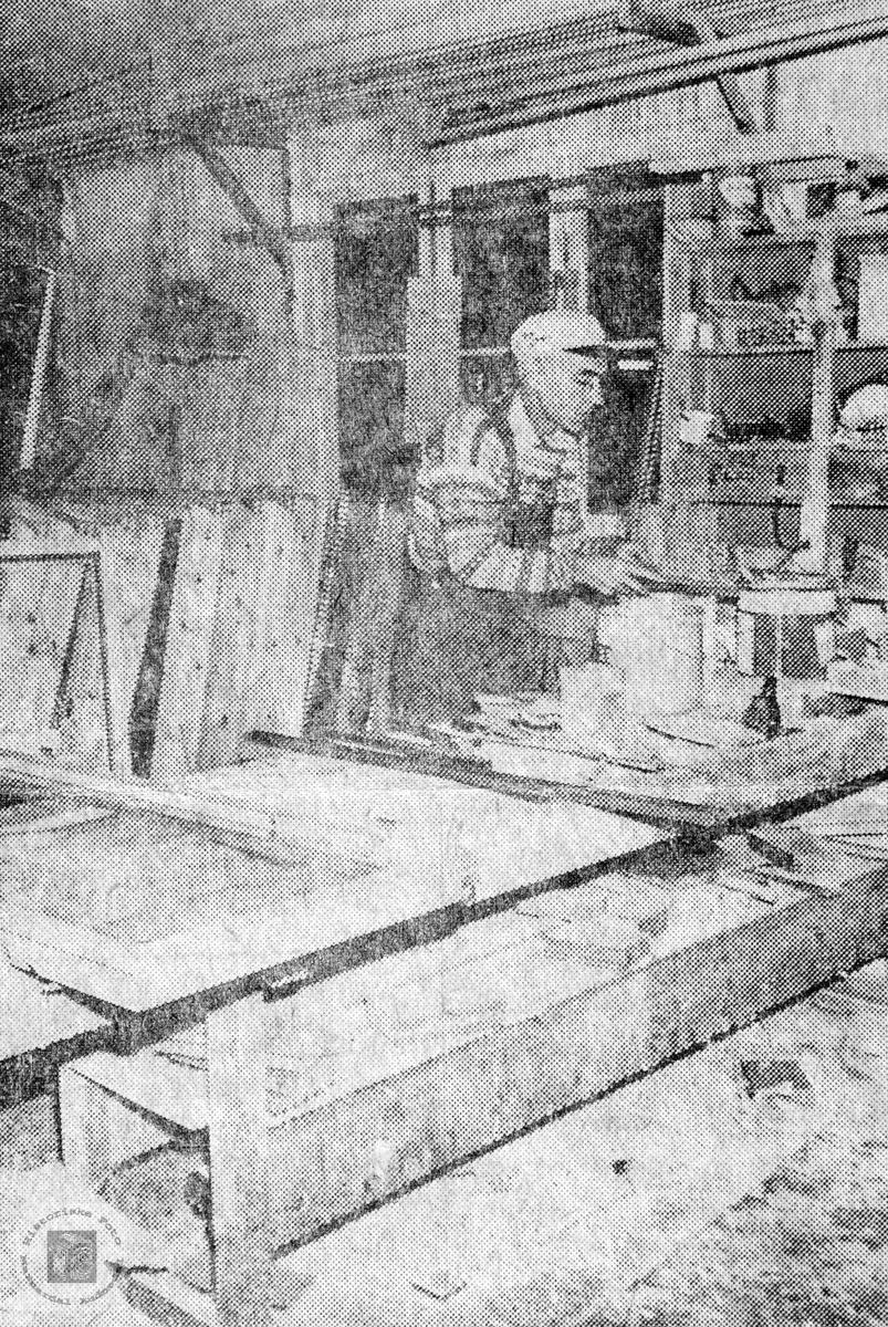 Søren Vasland legger inn glass i dører og vinduer produsert ved Lunden snekkerverksted på Sveindal. Audnedal.