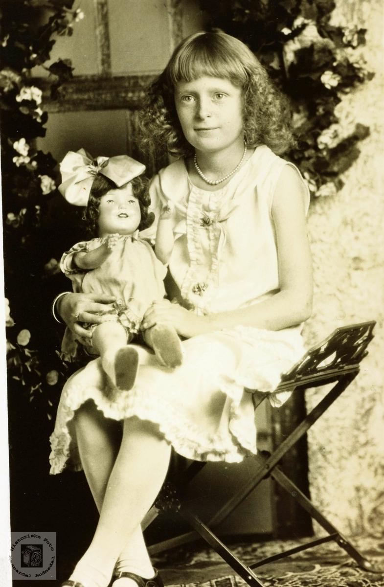 Portrett av ukjent jente med fornavn Inga May. Trolig med røtter i Grindheim. Audnedal.