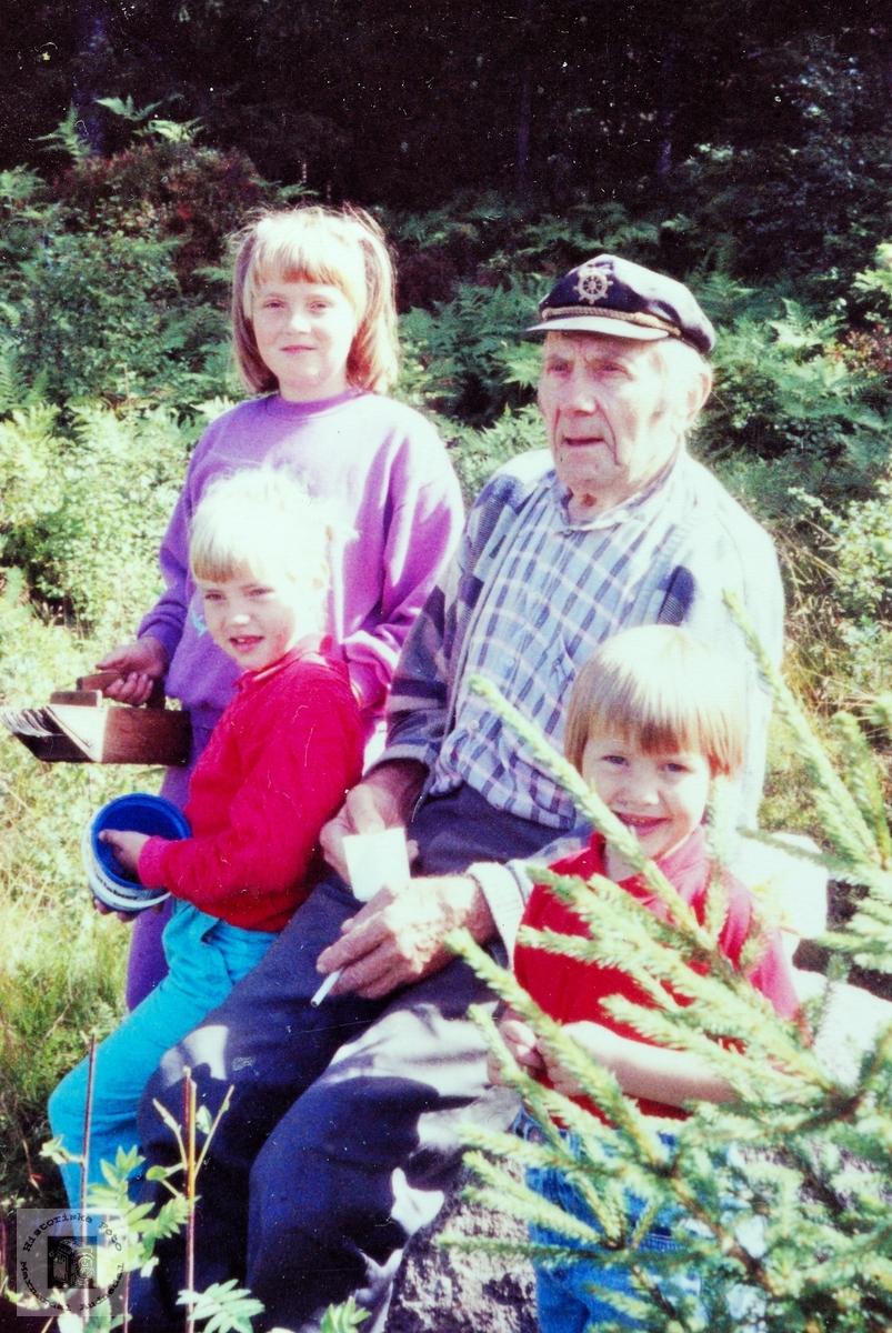 Simon Byremo med noen av sine barnebarn. Audnedal.