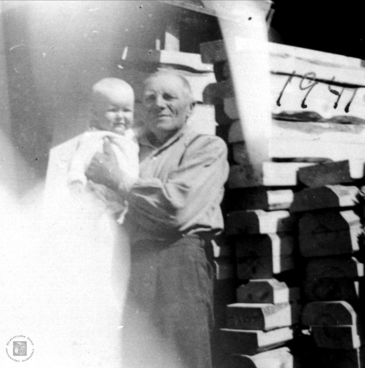 Portrett av Beint Stedal med barnebarn.