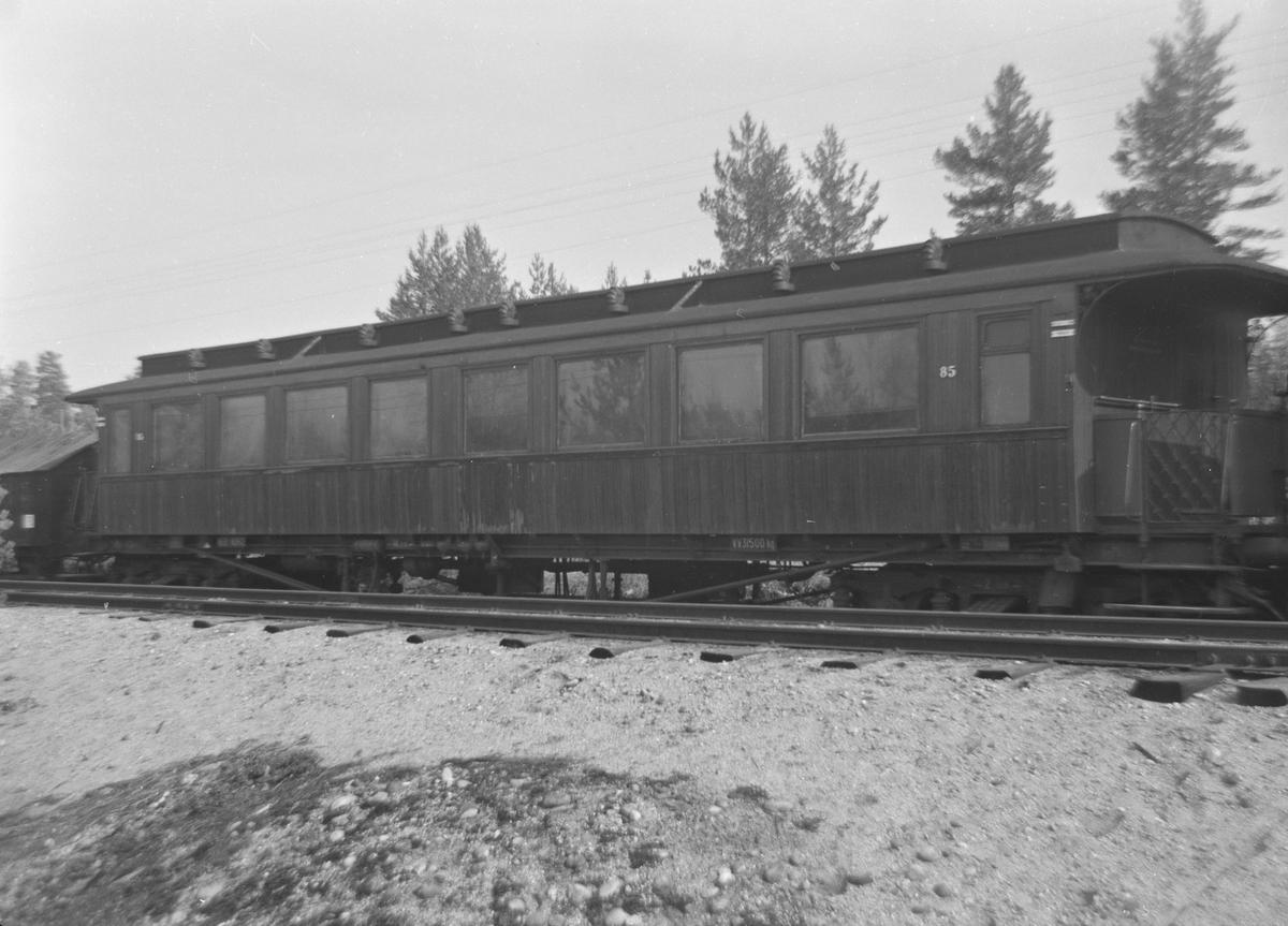 A/L Hølandsbanen sørget i 1968 for at vogn Bo3b nr. 85 ble bevart. Her er vognen hensatt på Kløftefoss på Krøderbanen.