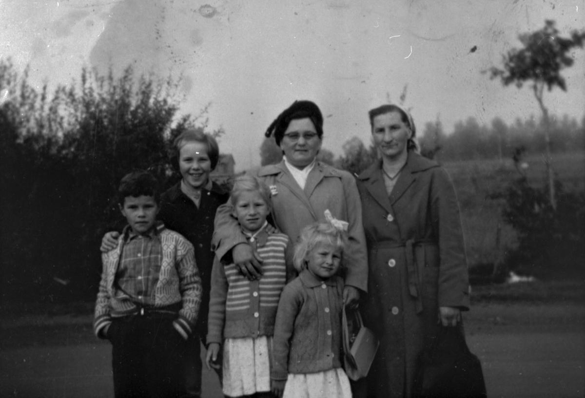 Gruppebilde; Gunda Rygh og hennes søster Julie Wilhelmsen. Barna er Aud og Tore, barn av Anny på Øyra i Talvik og Gunn Anita Rygh og Alida Rygh