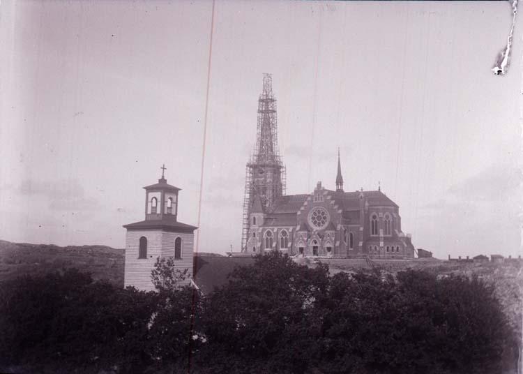 """Enligt text som medföljde bilden: """"Nya o Gamla kyrka fr. berget vid L.A Carlssons 12/6 1901""""."""