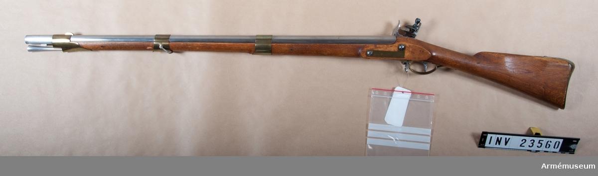 """Grupp E II b.  Med undantag av siktet överenstämmer vapnet helt med 1826 års jägaregevär AM 1932:4223.Kulans vikt 30,6 gram. Krutladdningens vikt 9,98 gram. Utgångshastighet 1245 fot=370 m.  Det ursprungliga siktet har enligt  generalorder av den  3 april 1838 ersatts av ett högt, med bakåtvänd fot och smal siktskåra försett ståndsikte, som är fastlött framtill på svansskruvsstjärtens översida. På pipans översida står krönt NT (Norrtälje), monogram av PH samt ett E. På undersidan står P,2,72,71 och 1828. På bakplanet ett W och på V platten LM. På svansskruvsstjärtens undersida inslaget 71.  På låsbleckets utsida står krönt NT och LG, på insidan otydlig kronstämpel och 71.   Stocken är av björk och brunbetsad. Bakom varbygelns bakre arm är inslaget ett F och bakom sidblecket 71,72 samt ett monogram av PH. På kolvens H sida rester av en sköldformig, fastklistrad papperslapp med påskrift """"----1826 års---- Jägare Gevär ----- höga sigten"""". På bakplåtens spets, och på varbygelns bakre arm otydlig kronstämpel. På bakplåtens spets dessutom 71. På insidan av näsbandet,mellanbandet och sidblecket samt på varbygelns framre arm och på bakplåten stämpel med IG.På bak-  plåtens spets numret 71. På sidan av laddstockshuvudet inslaget en kronstämpel, men på stövlarna ett F.   Vid bakre rembygeln är en fastställningslapp fastgjord; av denna finns tyvärr endast hälften kvar. På den sitter Konungens generaladjutants expeditions för armén starkt skadade röda lacksigill, varjämte den har påsksrift """"Modell å Jäg ... förkortadt Gevär ... i afseende å sigt ... under denna dag. Stockholm Slo.. Gener...""""  I Modellsalens reversal kallas vapnet """"Jägaregevär, svenskt, med flintlås, 1826 års fältjägares"""", bajonetten """"Bajonett, jägaregevärs, 1826 års"""" och baljan ingick bland """"Baljor, bajonetts, svenska, diverse modeller"""". Om 1826-38 års jaktgevär, se Krigsvetenskapsakademiens handlingar 1838, sid 169 och 209. Dessa vapen syns uteslutande ha använts vid tre fältjägareregementens (a.a.sidan 209), d"""