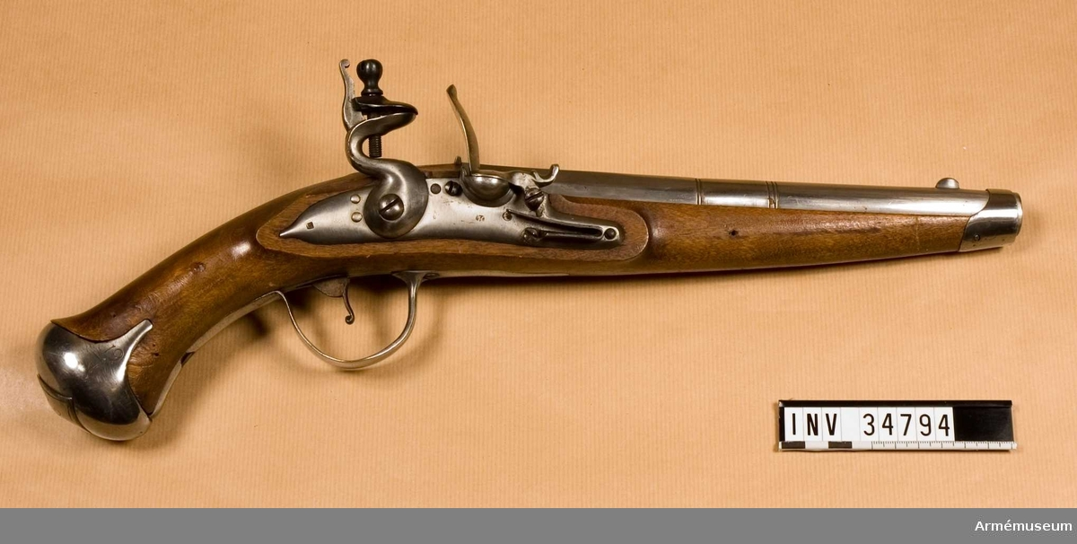 Grupp E III.  Förändring från pistol m/1716 gjord under 1800-talets början.  Pistolen är utrustad med järnbeslag. Längst bak på kammarstyckets översida en stämpel med bokstaven ib, NNW samt ett krönt S, på dess vänstra sida nummer 2, vilket även återfinns på kolvens vänstra sida bakom sidblecket.   På låsblecket finns två stämplar, en med bokstäverna LS och den andra med bokstaven H. på kolvkappans högra sida 9, två nedåtriktade pilar, som åtskiljas av ett tvärgående streck, sidoblecket bär bokstäverna SB. Kolvkappan avslutas i en fyrkantig knapp. Kolvens form påminner om 1820-års pistol.