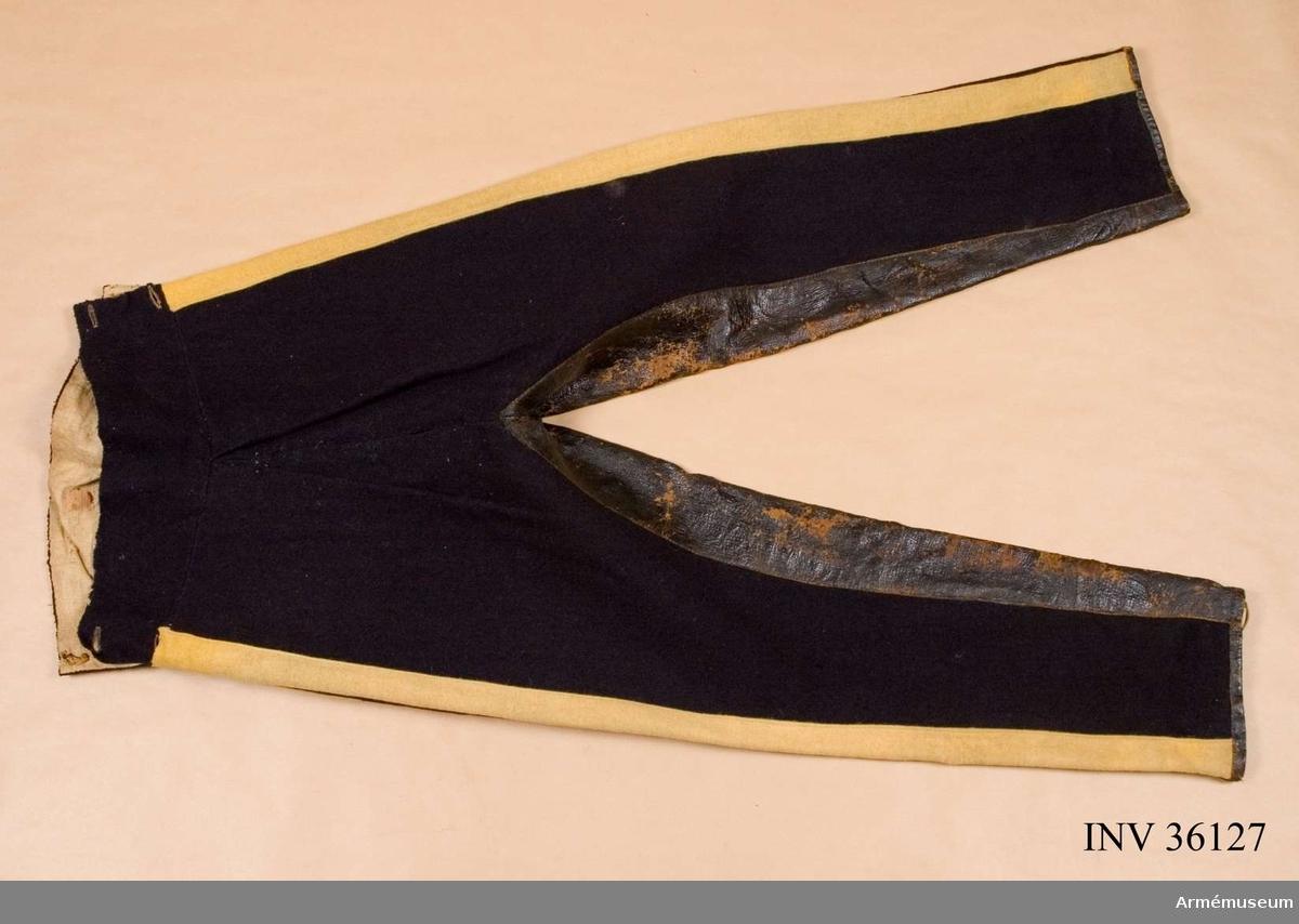 Krigskollegii sigill bevarade. Grupp C I. Ur uniform för manskap vid Skånska husarregementet; 1816. Består av dolma, päls, byxor, mössa, plym, tillbehör, halsduk, handskar, skärp, stövlar, sporrar, kartusch med rem, sabelkoppel, taska med remmar, sabelhandrem.