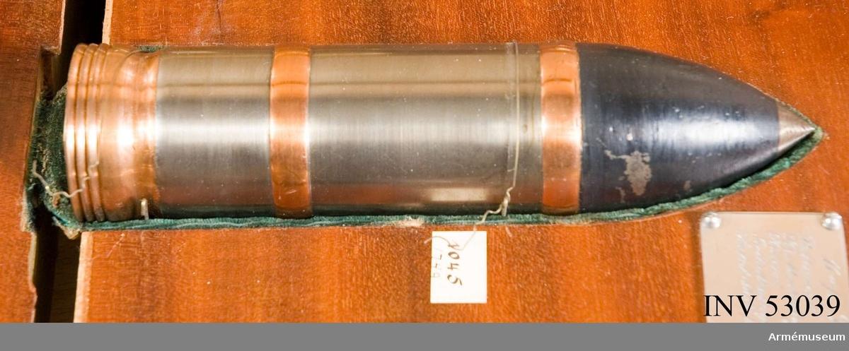 Grupp E V. Förvaras i specialbyggt vitrinskåp tillsammans med andra hylsor   och kulor. Under patronen finns en graverad silverplåt med uppgifter: Kaliber 37 mm. Patronens vikt: 1452 g. Krutladdningens vikt: 240 g. Spränggranatens vikt: 794 g. Sprängsatsens vikt: 38 g. Initialhastighet: 530 mV (? /EW). Antal skott per minut: 20.