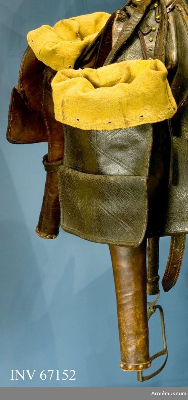Grupp K I. Pistolhölster höger med samhörande hölsterstrumpa och pistolkappa. Ingår i sadelmundering för svenska kavalleriet från Karl XI:s  och Karl XII:s tid.