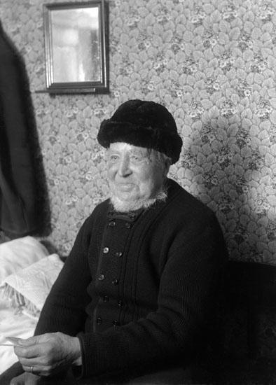 Jan 1924. Fiskare fotograferad i hemmet. Olle på Hälla.