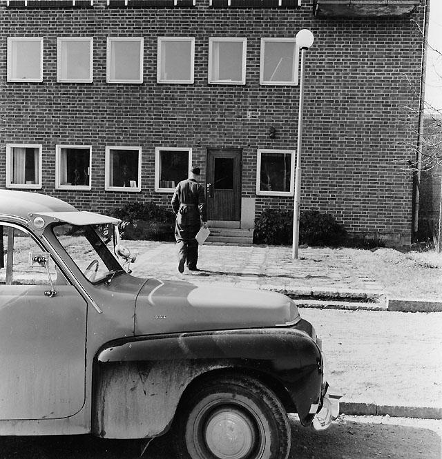 Chaufför Gustav Jarneving ute på dagens första filial-, bunt- och expresskörning. Epressbrev skall lämnas till Fabriken Stathmos.