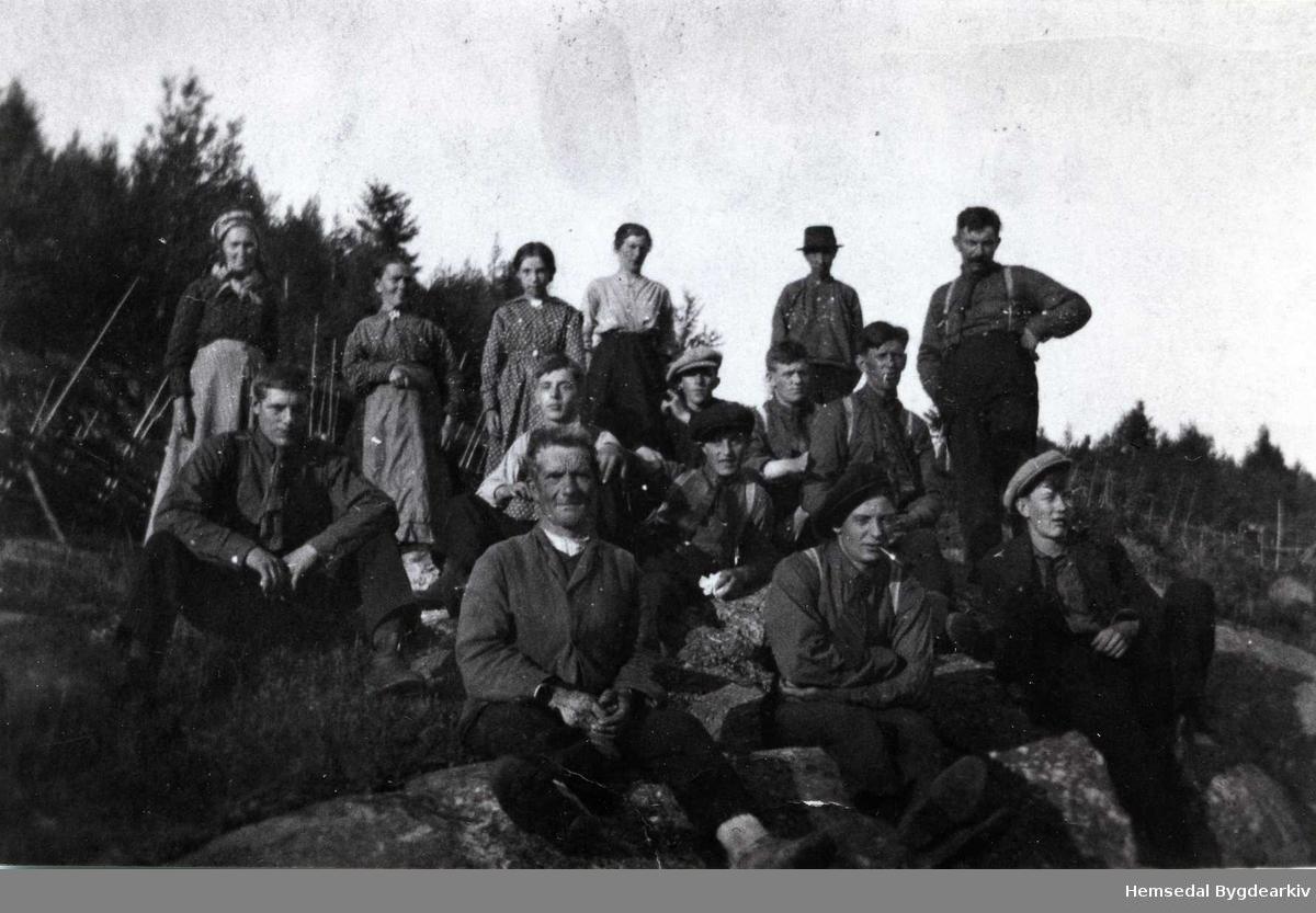 Framme til venstre: Ola Furuhaug. Bak frå venstre: Guri Furuhaug, Margit Furuhaug, Barbo Borge, Elling Furuhaug med hatt. Dei andre er ukjende. Biletet er teke ca. 1920 på Heggerusten i Hemsedal.