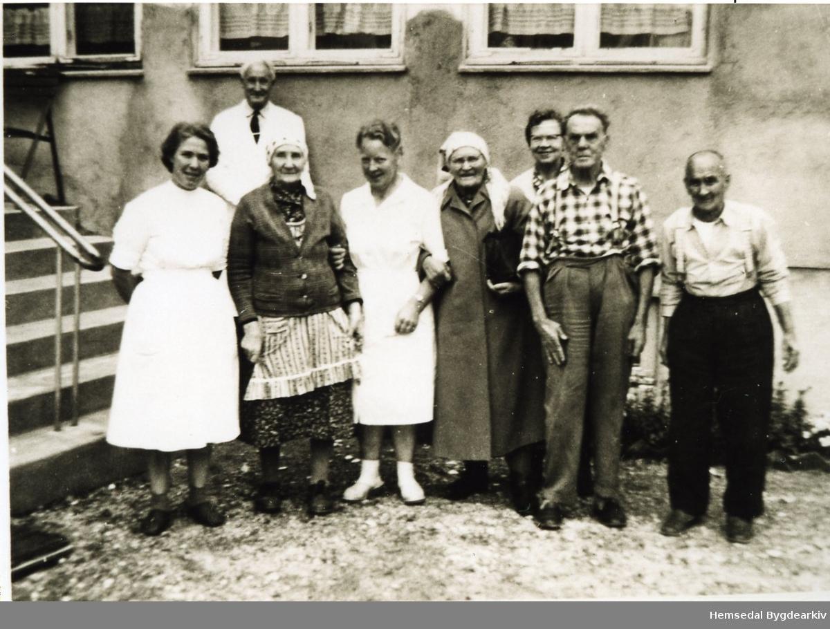 Hemsedal Bygdaheim i 1963. Frå venstre: Lina Gram, Gunvor Ålrust Grøterud, Margit K. Kirkebøen, Anne Gunvaldgard, Anne Asheim, to  utanbygds.  Bak: styrar Syver Baastø.
