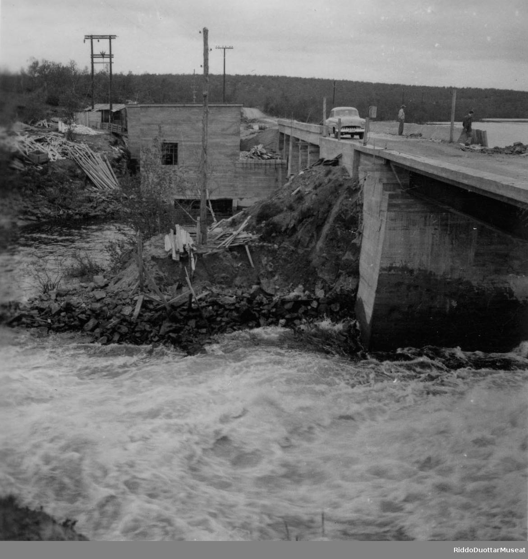 Huksemen šalddi ja buodu Cábardašjoga rasta. Bygging av demning og bru over Cábardašjohka.