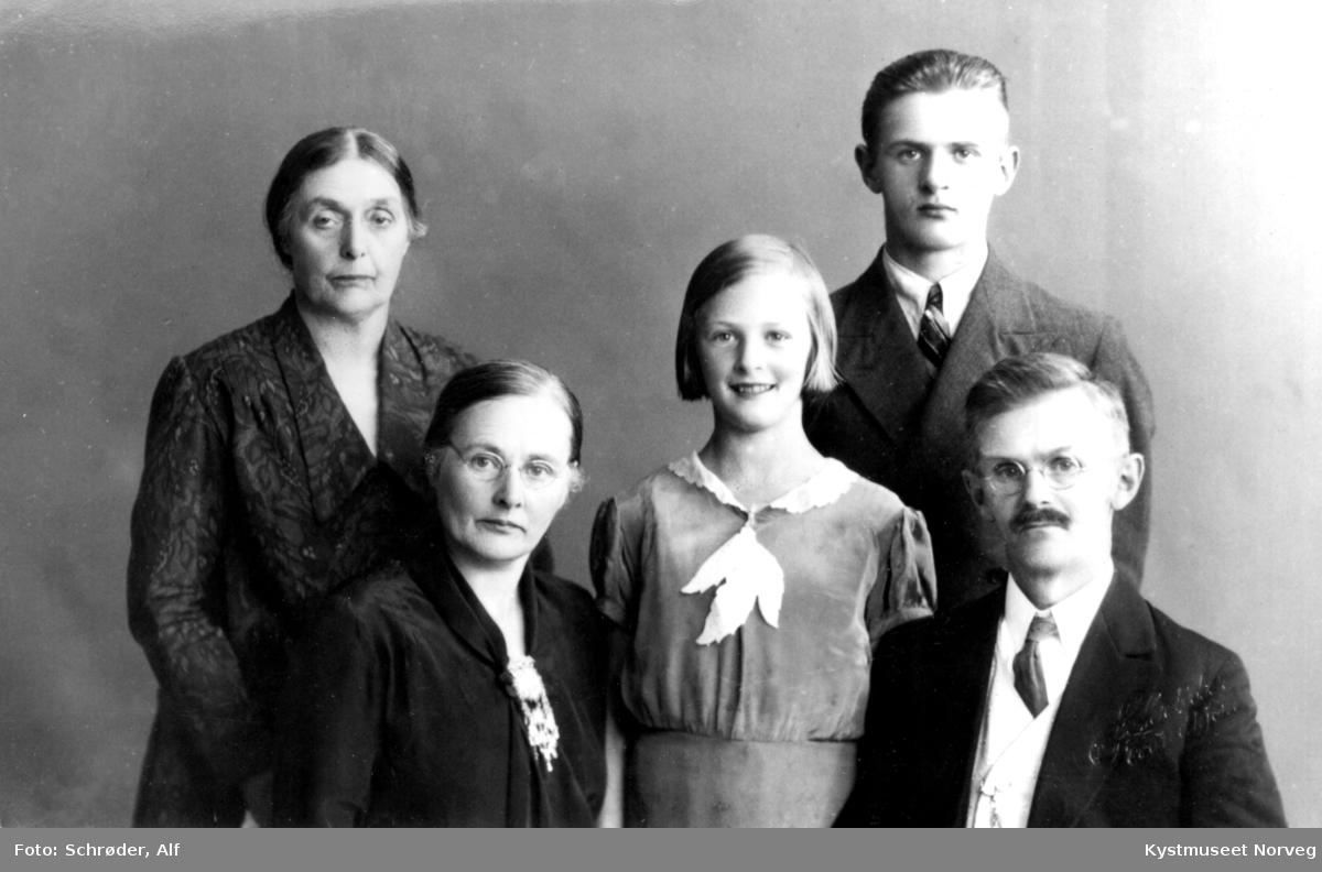 Familiebilde av mor til Agnes, Agnes, Marie, Arne og Olav Lilleland