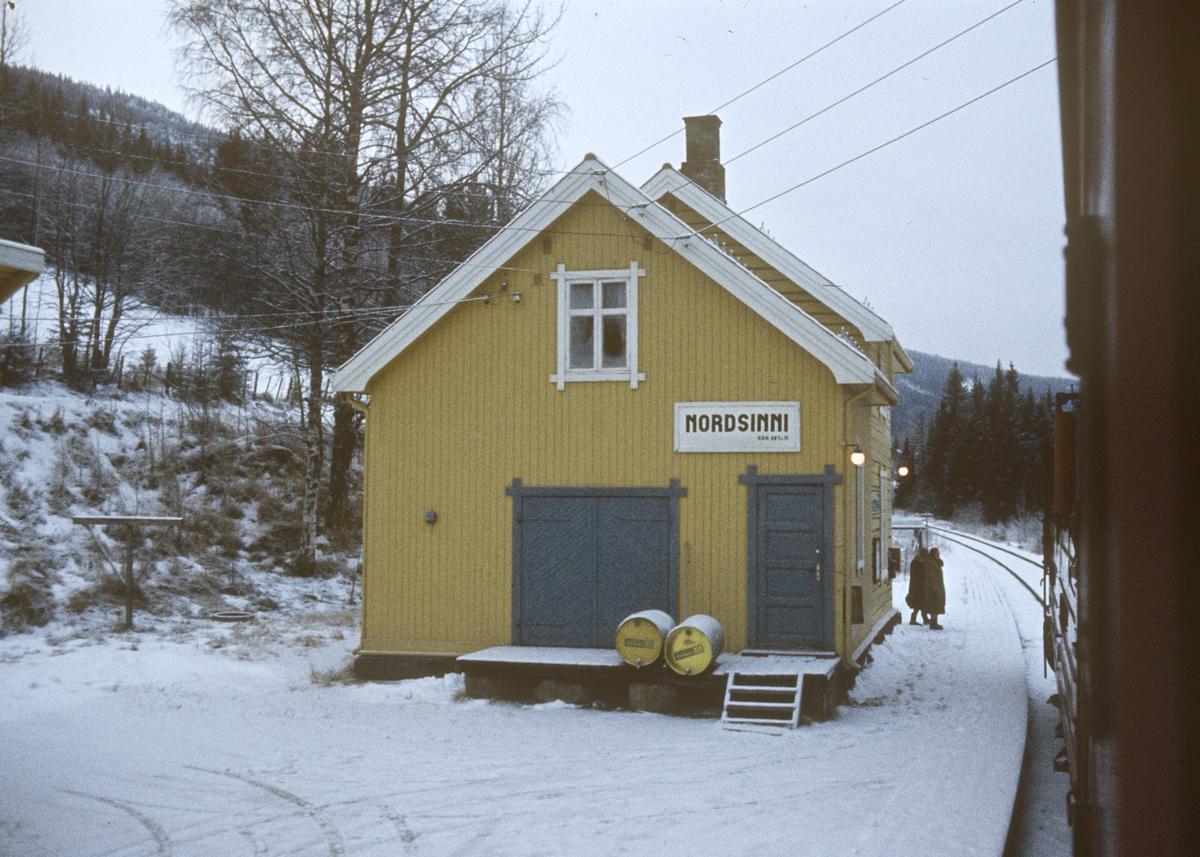 Tog 281 fra Oslo til Fagernes på Nordsinni stasjon.