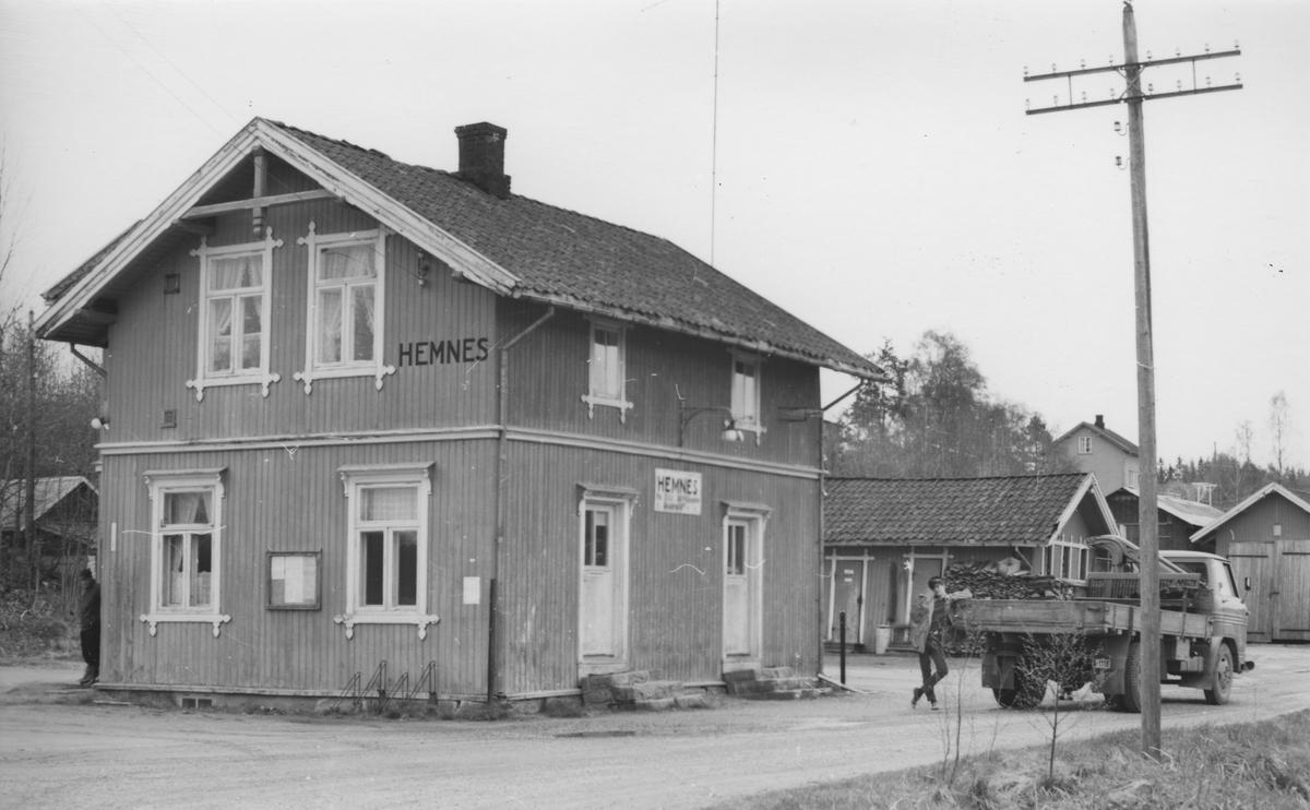 Fra Hemnes stasjon noen år etter nedleggelsen. Aktive medlemmer i Urskog-Hølandsbanen har lånt lastebil av NSB og samler inn gjenstander fra stasjoner langs den nedlagte banen.