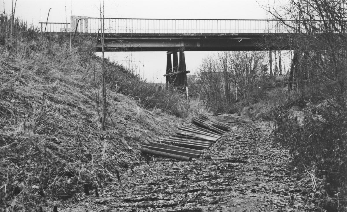Urskog-Hølandsbanens spor ved Fyen er tatt opp på den strekningen der det skal støpes tunnel (kulvert). I bakgrunnen den gamle veibroen som senere ble revet.
