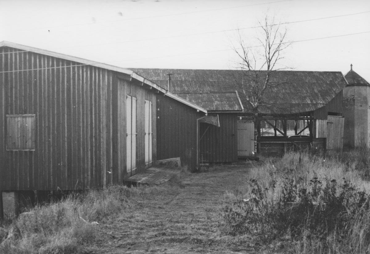 """Stasjonsområdet på Bjørkelangen åtte år etter Urskog-Hølandsbanens nedleggelse. Til venstre """"Røde Mølle"""", i bakgrunnen kullskuret."""