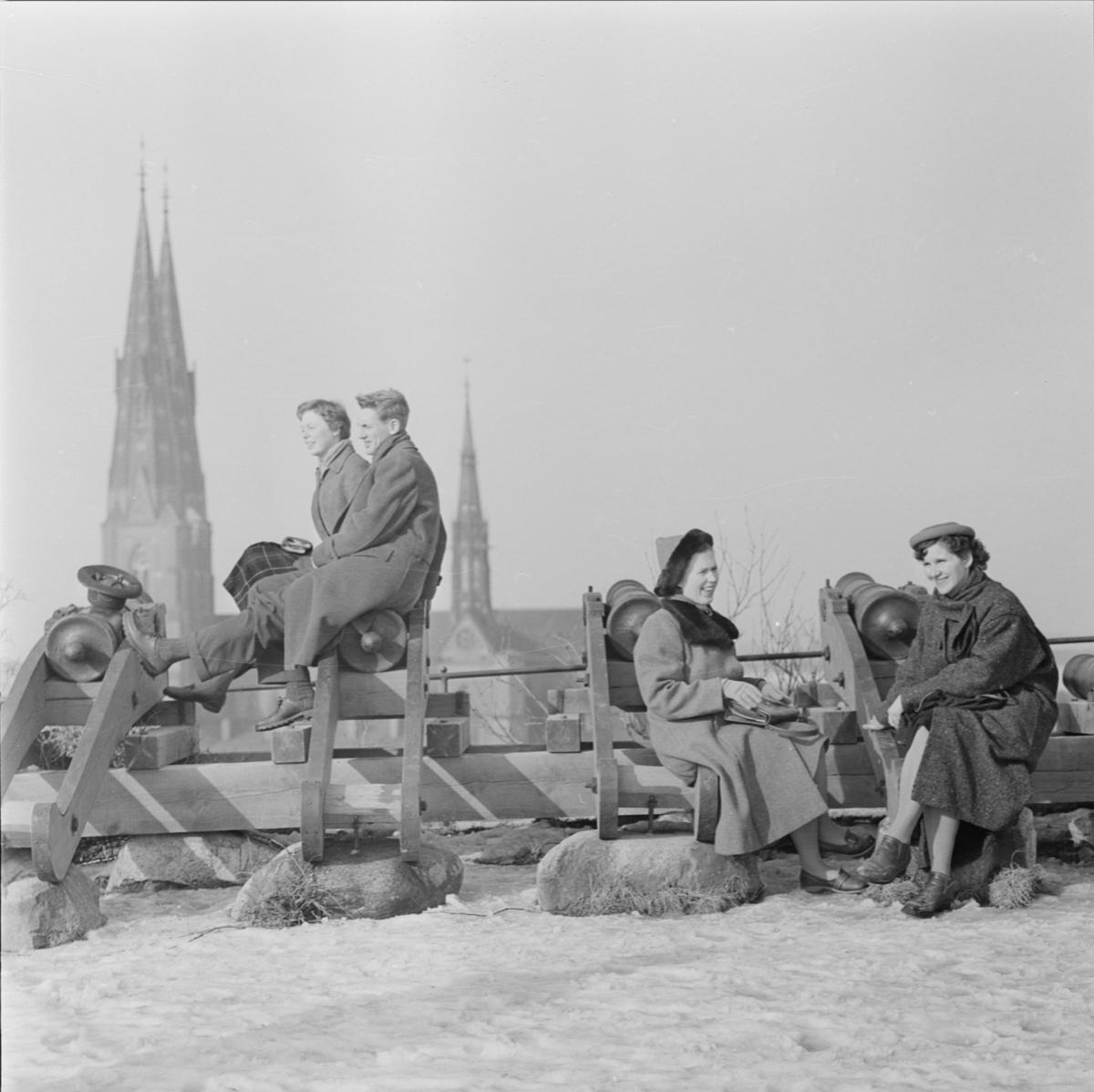 """""""Solande ungdomar vid Gunillaklockan i snö"""", Uppsala mars 1957"""
