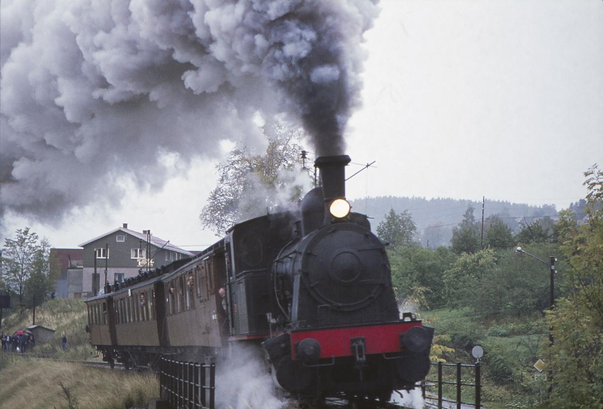 Ekstratog for Norsk Jernbaneklubb med damplokomotiv Norsk Hydro M2 på den nedlagte delen av Drammenbanen.