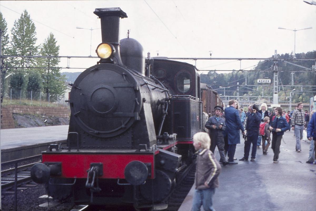 Ekstratog for Norsk Jernbaneklubb med damplokomotiv Norsk Hydro M2. Asker stasjon.