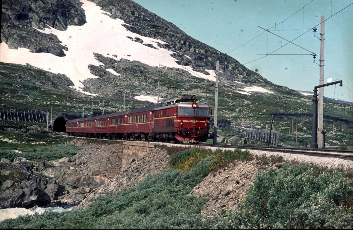 Ekspresstog 62 Bergen - Oslo Ø med lokomotiv type El 14. Langs Rallarvegen. Bergensbanen.