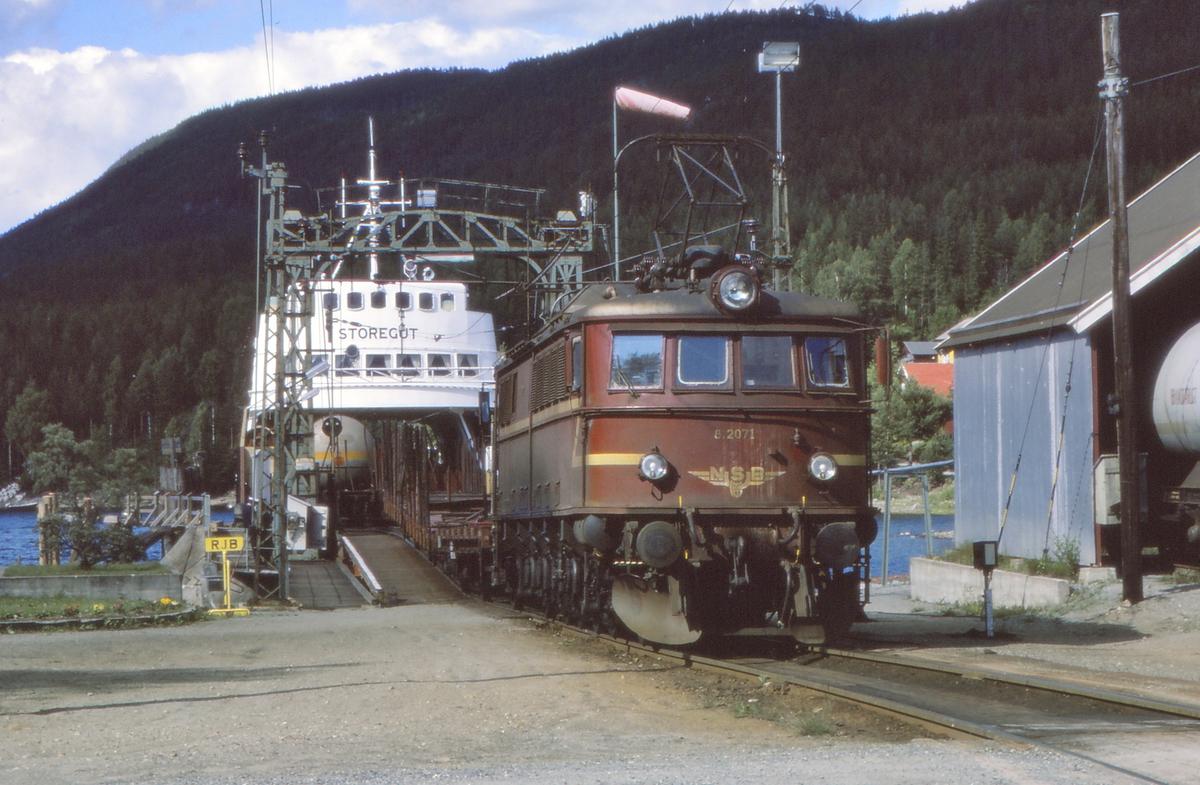 Tinnoset stasjon. Skifting av vogner ombord i M/F Storegut for videre transport med Rjukanbanen. NSB Elektrisk lokomotiv El 8 2071.