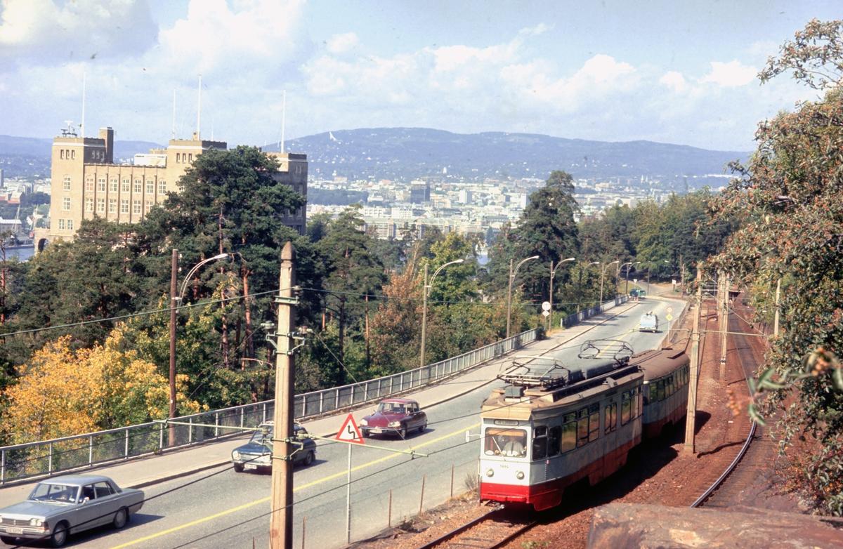 Ekebergbanen, Oslo Sporveier. Vogn 1014 ovenfor Sjømannsskolen. Kongsveien.