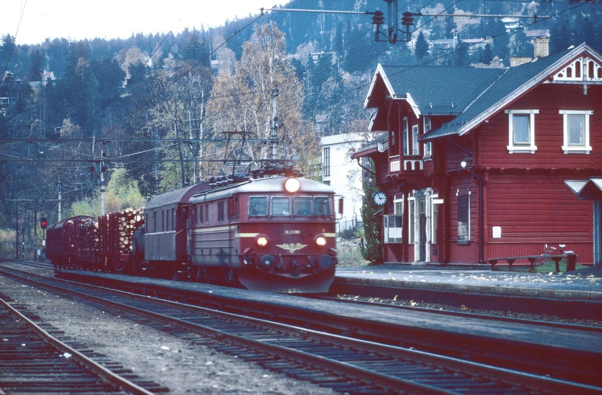 Godstog 5168 (Roa - Grefsen). Kjelsås stasjon med NSB elektrisk lokomotiv El 11. Toget har konduktørvogn BFV1 og konduktørbetjening. Underveisgodstog.