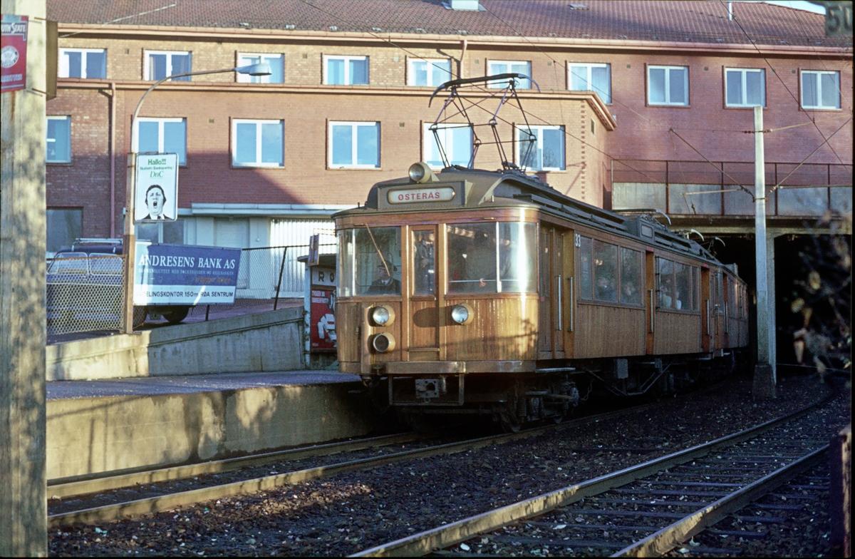 A/S Holmenkolbanen. Røabanen. Røa stasjon. Vogn 33 og 36. Type 1909. (Skabo - Westinghouse - HKB verksted).