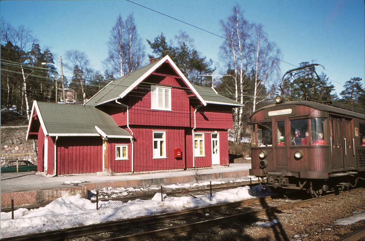 A/S Holmenkolbanen. Holmenkollbanen. Besserud stasjon, oppr. Holmenkollen. vogn av type 1951 (601-608)
