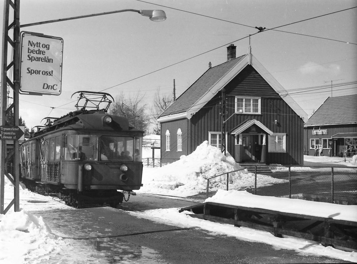 A/S Holmenkolbanen. Tryvannsbanen. Voksenkollen stasjon. Vogn 111 og 112, type 1935 (Skabo, Siemens Schuckert).