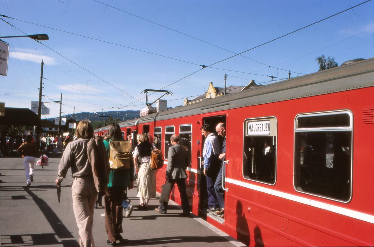 Oslo Sporveier. Majorstuen stasjon. Vogner type T5. T-banevogner for vestlige forstadsbaner. På grunn av sporarbeider på Undergrunnsbanen gikk et togsett i pendeltrafikk mellom Nationalteatret og Majorstuen. Alle vestlige linjer snudde på Majorstuen.