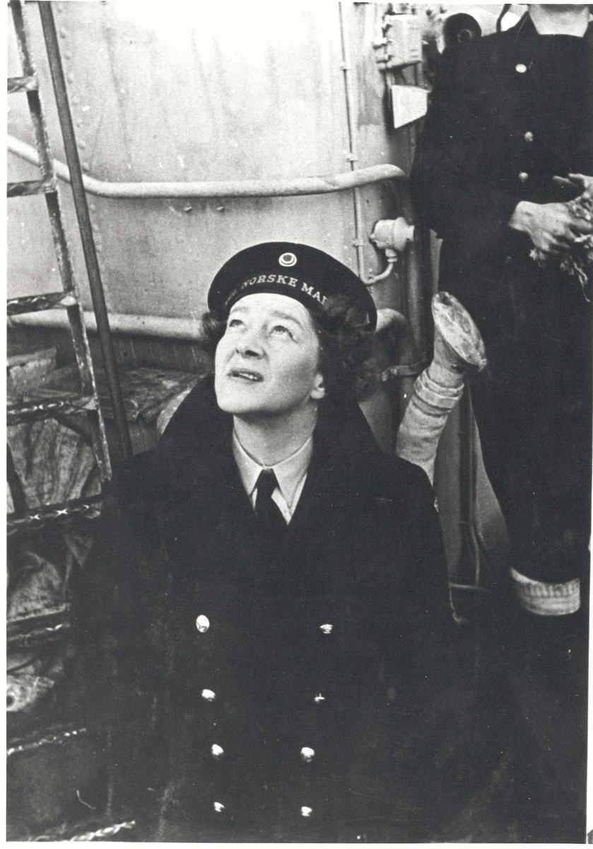 "Motiv: Hoffrøken Ingeborg (Lillan) von Hanno i MKK-uniform om bord i jageren ""Glaisdale"" 1943."