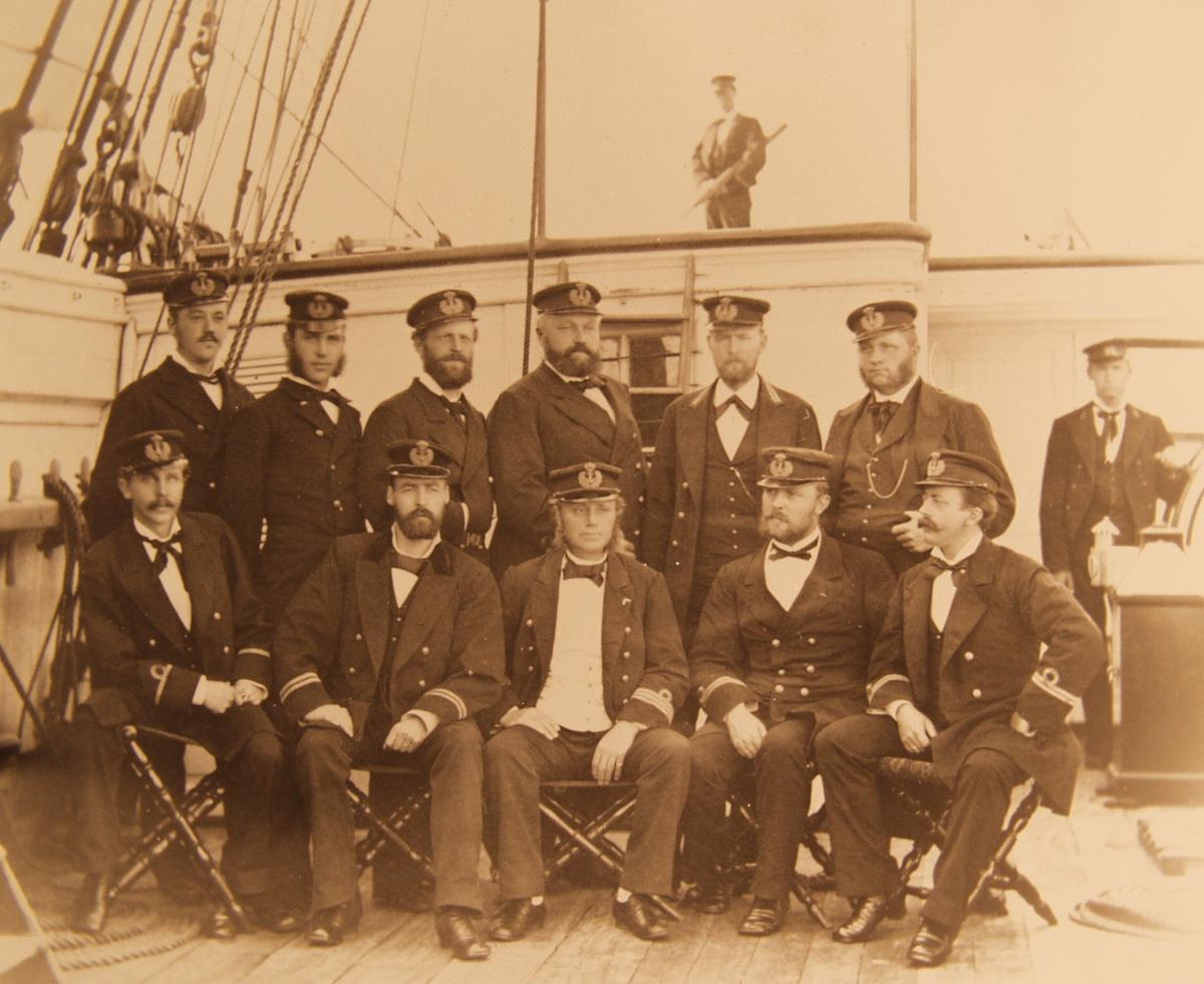 Samlefoto. Dampkorvetten NORNENs offiserer 1880 - bilde med personangivelser (-3).