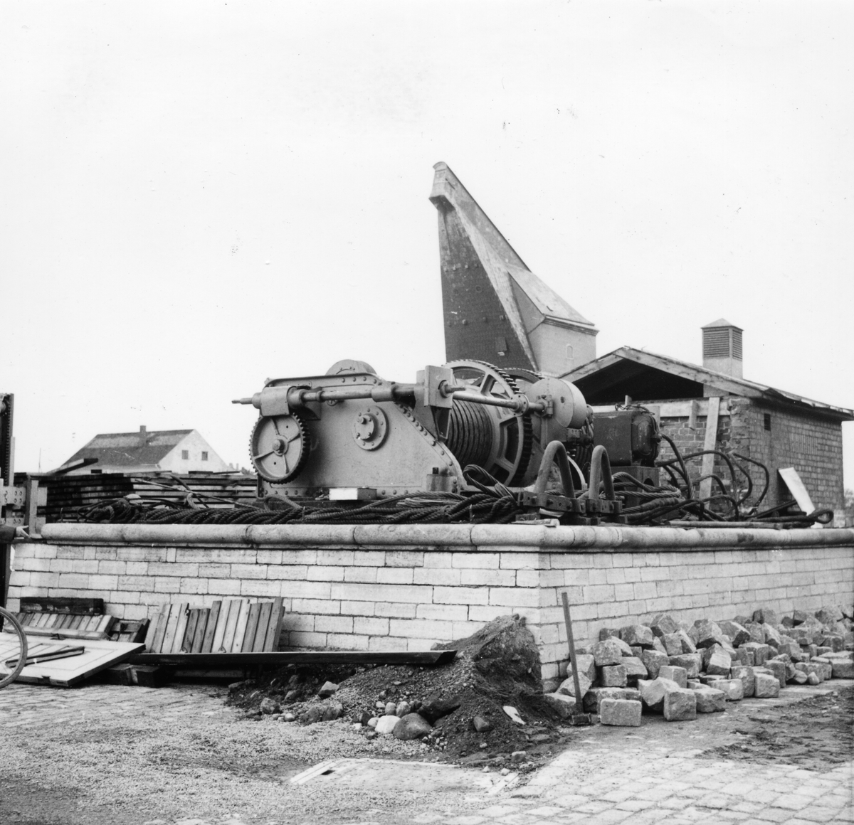 Övrigt: Stenen i det rivna maskinhuset tillvaratog vi (Schreil), den finns numera i barriären på vår altan på Jordö.