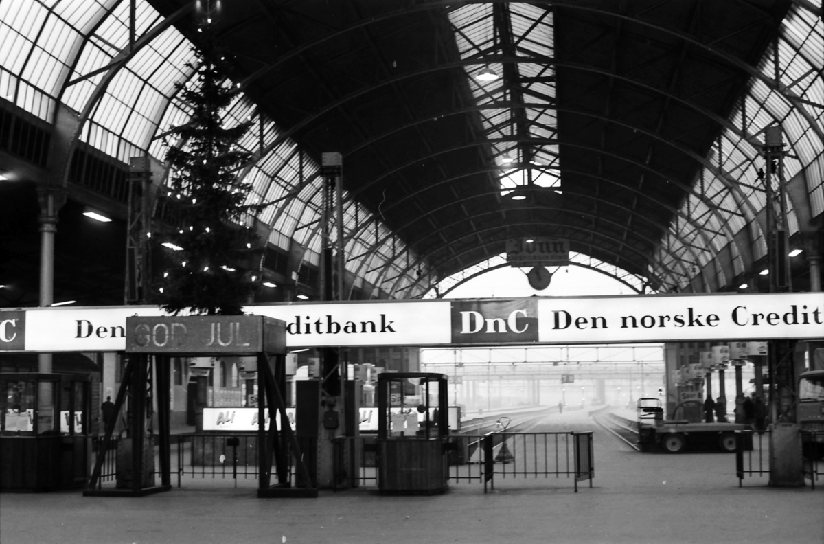 Oslo Østbanestasjon, Østbanehallen. Julepyntet.