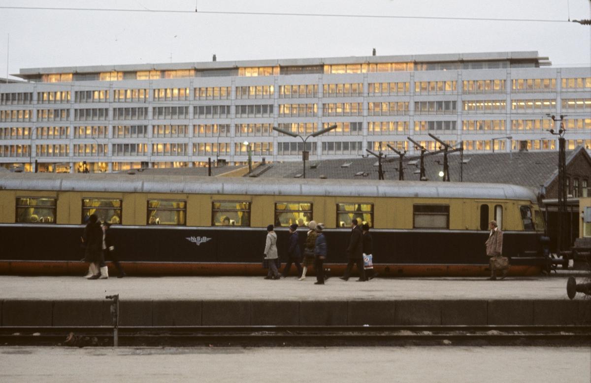 Lyntog, snøggtog, ekspresstog på Oslo V. Tog til Skien. Styrevogn type 66.