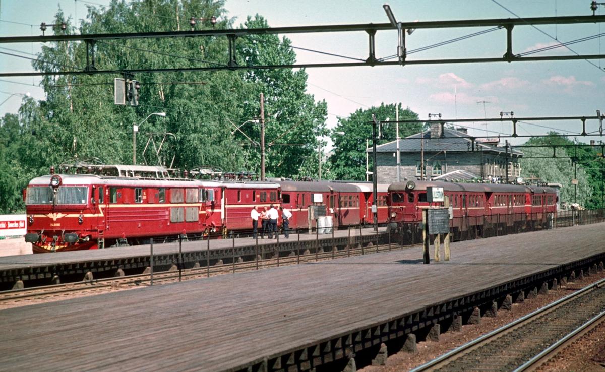 Lillestrøm stasjon. Elektriske lokomotiver og motorvognsett.