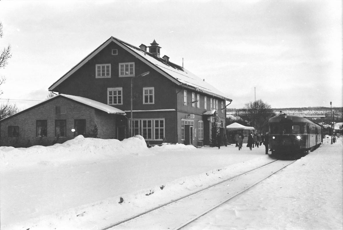 Røros stasjon. Tog 371 fra Hamar med motorvognsett type 86 og 91.