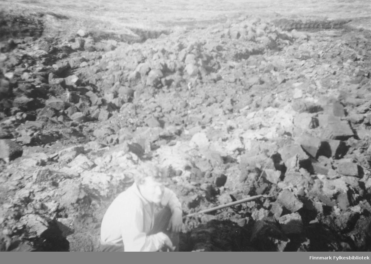 Ulrik Larsen tar en liten rast i torvstikkingsarbeidet. Rundt han ligger torv til tørking