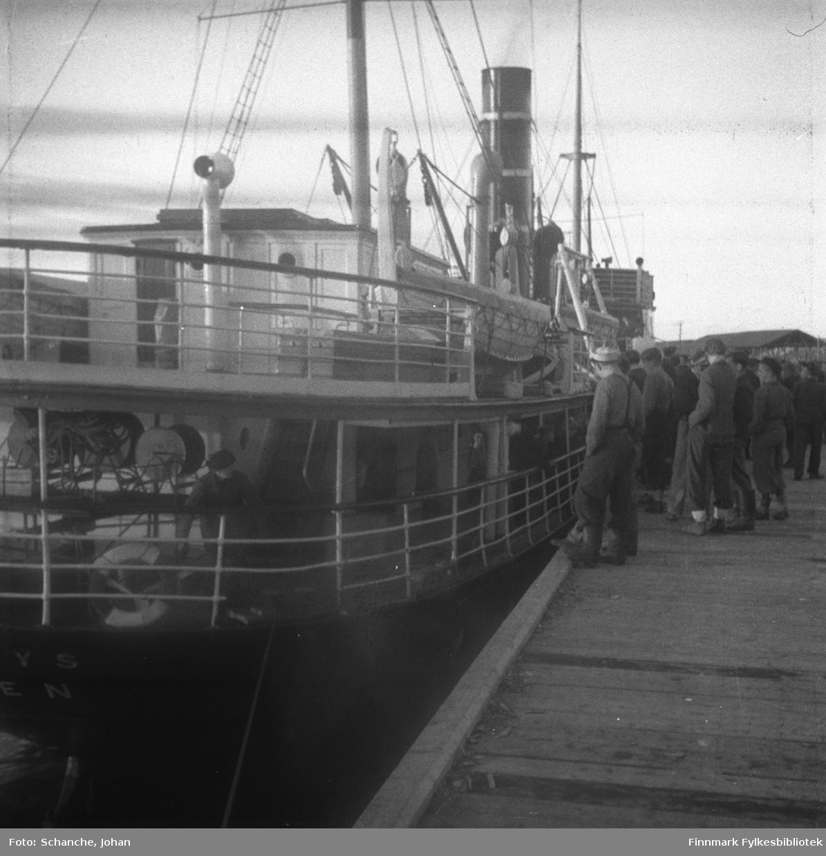 Hurtigruta 'Polarlys' ved kai i Vadsø våren/sommeren -46.  Mennesker/folk på kai ved dampskippet.