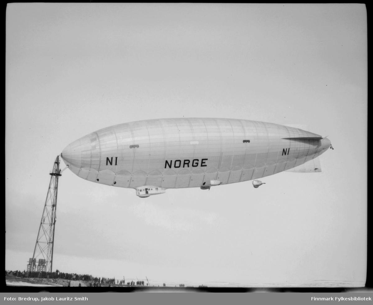 Luftskipet Norge ankret opp ved luftskipsmasta på Vadsøya, mai 1926.