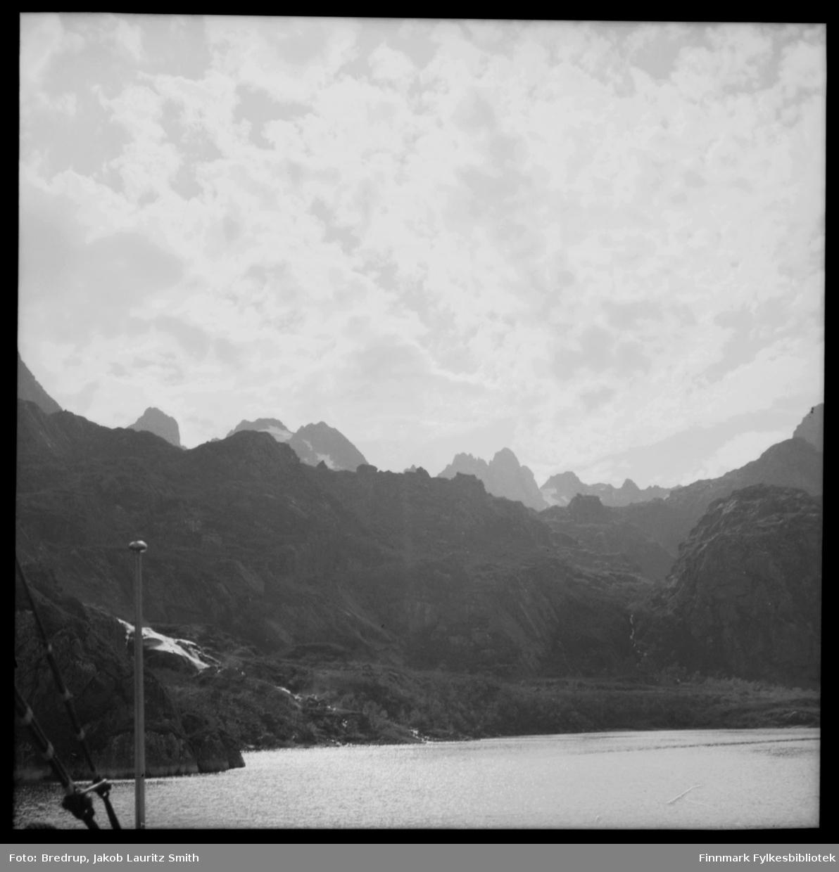 Fjell og hav.  Bildet er tatt fra en båt, men vi vet ikke hvor det er tatt.