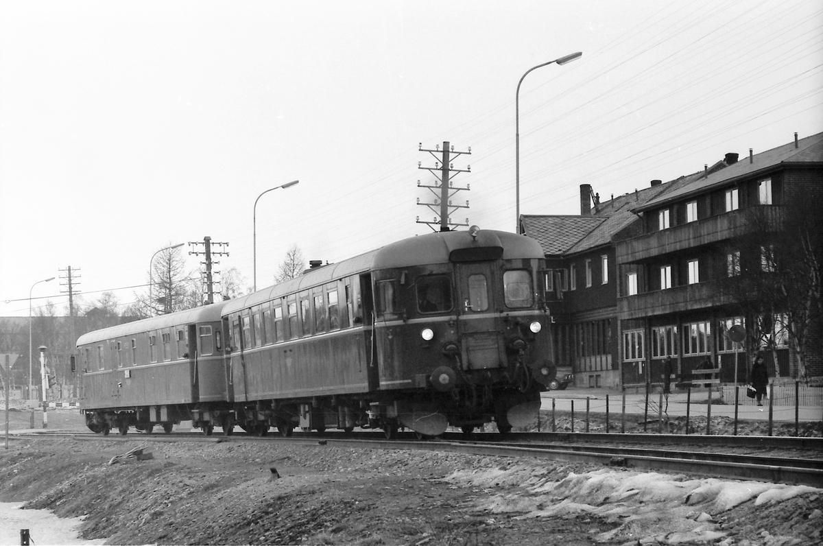 Persontog 372 kjører ut av Røros. BM86F 22 og BDFS 91. Toget fører betjent postvogn.